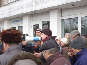 Workers occupy factory in Kherson, Ukraine