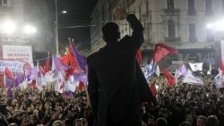 tsipras-faceing-crowds