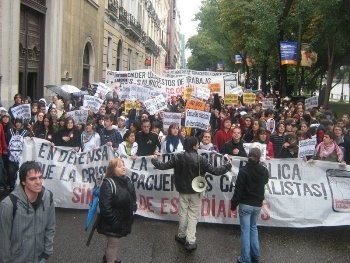 Thousands of students took to the streets in Spain on Wednesday 22nd to protest against plans to privatise university education and also opposing any plans to make workers pay for the capitalist crisis through cuts in education, health and other public services.