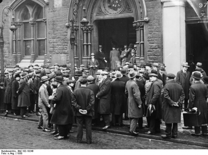 Unemployed workers in Britain queuing up outside a union buildning. From Bundesarchiv.