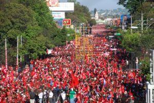 Más de 250 mil personas inundaron de rojo las calles de San Salvador