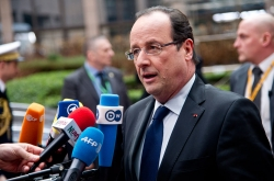 Hollande with microphones-European Council