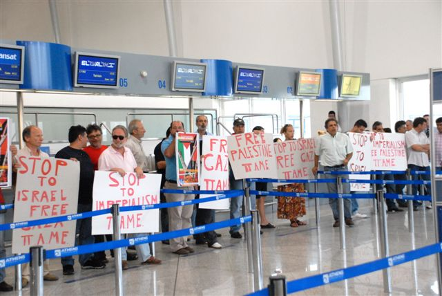 Workers organized by PAME picketed the EL'AL check-in counter, preventing flight 542 from Athens to Tel-Aviv from boarding