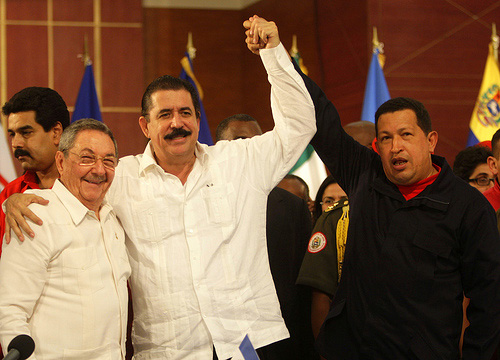 Mel Zelaya (middle) in a meeting with Raúl Castro and Hugo Chávez. Photo by ¡Que comunismo! on flickr.