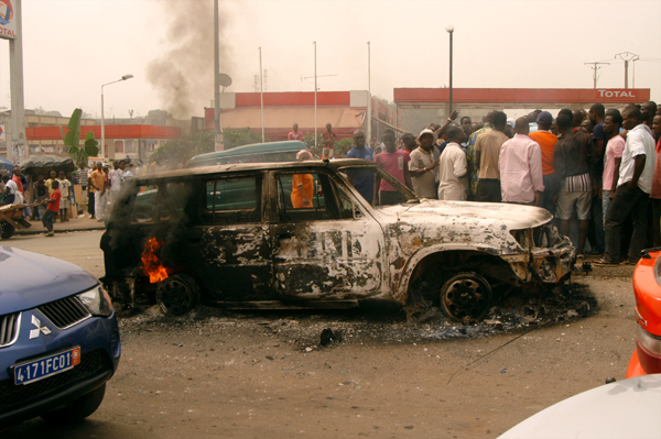 UN car on fire in Abijdan, January 13. Photo: Stefan Meisel