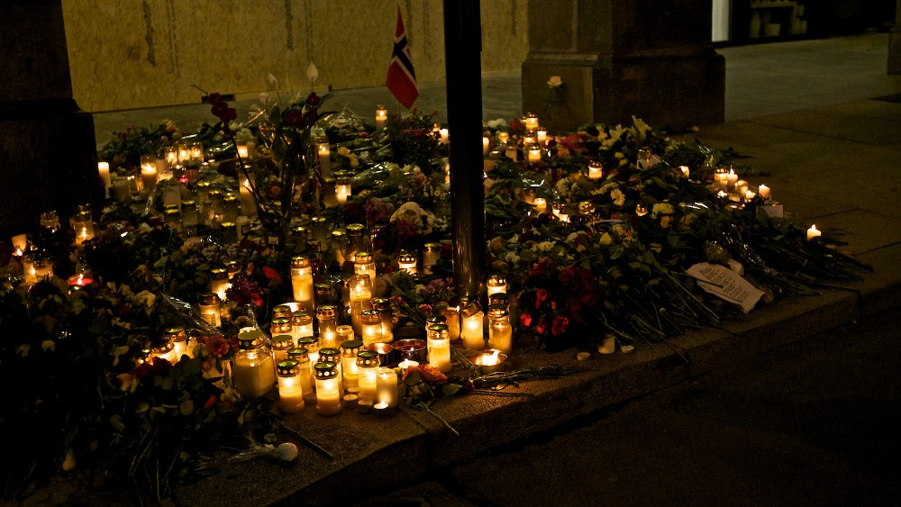 Candles in Oslo, July 25. Photo: Henrik Lied, NRK