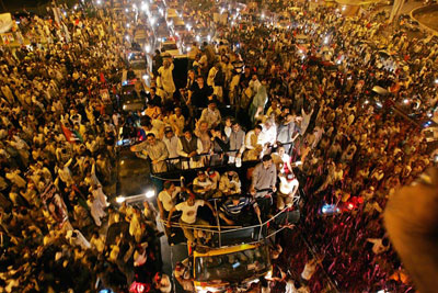 Benazir Bhutto returning and greeted by millions