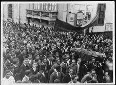 """Cortejo fúnebre (""""Archivo José Carlos Maríategui, Lima, Peru (www.mariategui.org)"""")"""