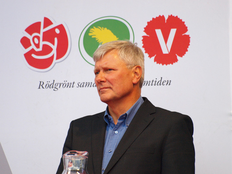 Lars Ohly, leader of the Left Party, in front of the party logos of the red-green coalition. Photo: sjmanj.