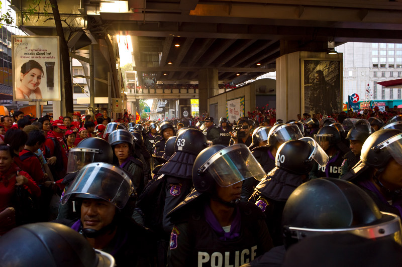 Police encircling red-shirts. Photo by null0.