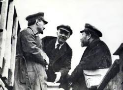 1919-Trotsky_Lenin_Kamenev-Party-Congress