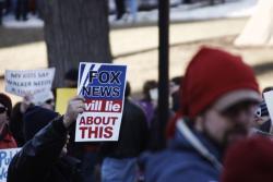 Manifestantes de Wisconsin (EEUU) oponiéndose al infame canal de noticias propiedad de Murdoch. En el cartel se lee: