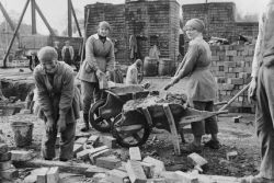 female-bricklayers-ww1 copyright-iwmq-28190