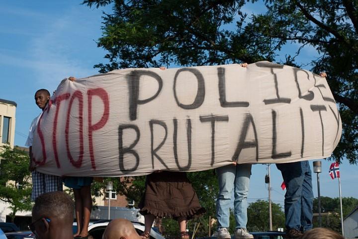 對於數以百萬計的窮人和勞動人民來說,警察理所當然地被視為體制壓迫和不公正的化身。//圖片來源:Fibonacci Blue