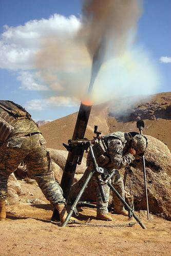 US troops firing mortars