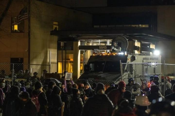 數百人湧上街頭抗議賴特的謀殺案,並遇到了國民警衛隊的武裝警衛。//圖片來源:Chad Davis,Flickr