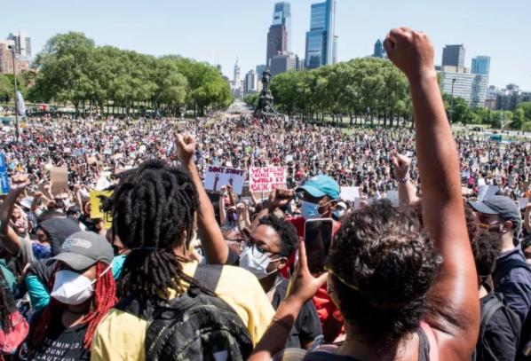 在川普承諾將「反法西斯運動(Antifa)」定義為國內恐怖組織後不久後,臉書就系統性地針對並刪除了那些發佈抗議活動和警察暴力的視頻和消息更新的臉頁。//圖片來源:Joe Piette,Flickr