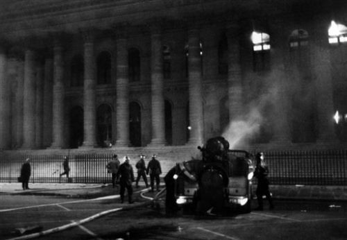 示威者攻擊證券交易所:資本主義的可恨象徵。//圖片來源:公共領域