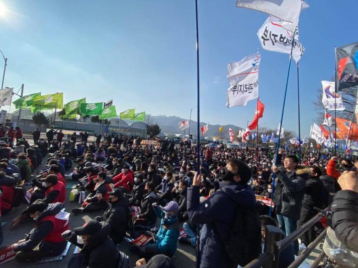 韓國勞工階級的戰鬥力堪稱典範。他們只能靠自己改造社會。//圖片來源:韓國工聯