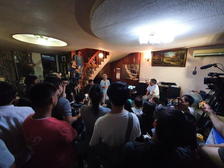 台南市政府企圖在清晨強行驅逐陳姓家族的長者於他們自己的住屋外,作為強拆項目的一部分。而當晚立即有近百名來自全台各地的有志之士前往台南阻擋強拆行動,包括《火花》的一名成員。//圖片來源:蔡大榮