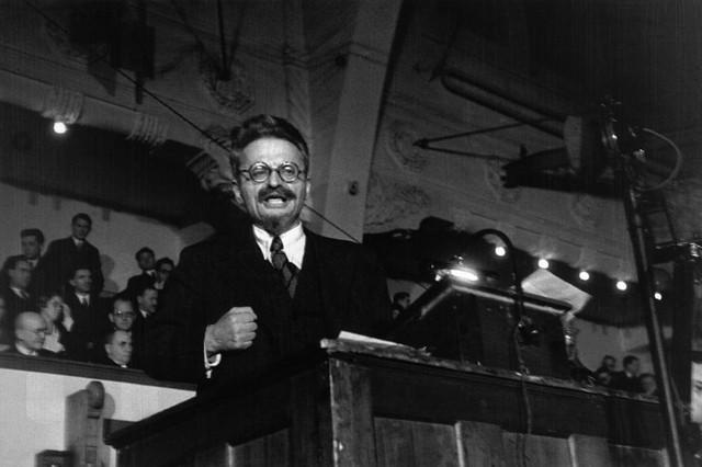 托洛茨基: 「如果說我們的國際組織在數量上仍然薄弱,那麼它在理論、綱領、傳統上都很強,在干部的鍛煉上也是無與倫比的。誰今天還沒有意識到這一點,就讓他靠邊站吧。」//圖片來源: 公共領域