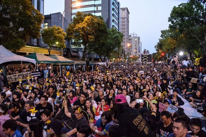 學生們的行動促使群眾走上街頭。//圖片來源:Artemas Liu