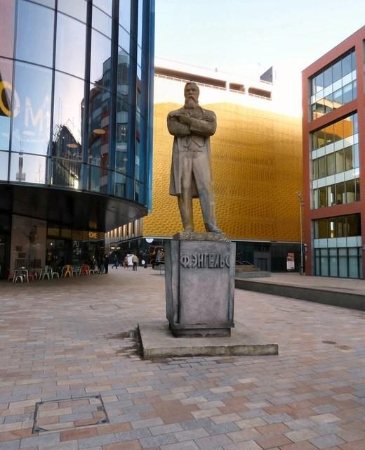在曼徹斯特,恩格斯到他父親的公司,後者由他所形容的「該死的行業」工作,以便為馬克思提供物質援助。//圖片來源:Gerald England