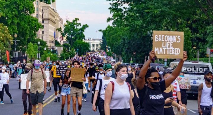 去年夏天的憤怒爆發是由數百萬人因不斷受到騷擾和剝削而產生的壓抑和憤怒引起的。//圖片來源:Ted Eytan,Flickr