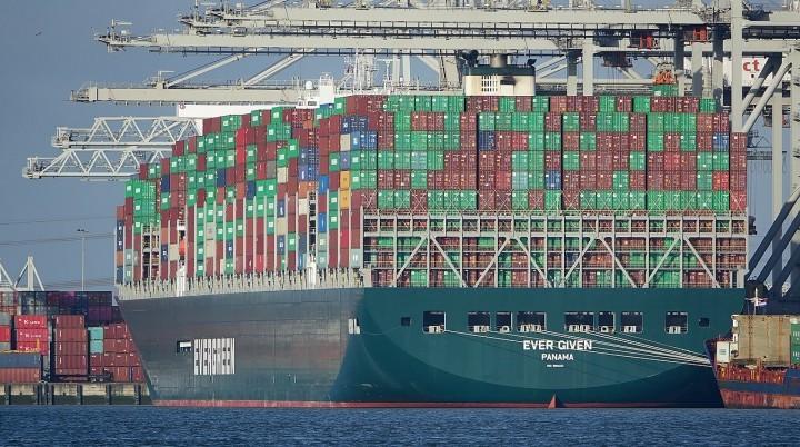 在鹿特丹港口的停泊的長賜號。巨型船舶的湧現,為全球港口帶來了越來越多的基礎設施問題。//圖片來源:Kees Torn