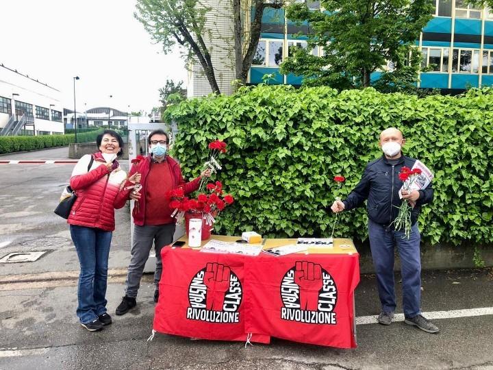 義大利博洛尼亞的同志們在該省一家主要金屬工廠外分發《革命報》和像征國際勞動節的傳統鮮花康乃馨。//圖片來源:SCR, IMT Italy