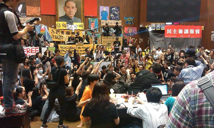 學生衝進並佔領立法院。//圖片來源:Jesse Steele,公共領域