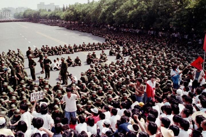 到1989年5月初至5月中旬,白天廣場上常常有多達30萬人,5月17日至18日有一百多萬人示威游行。