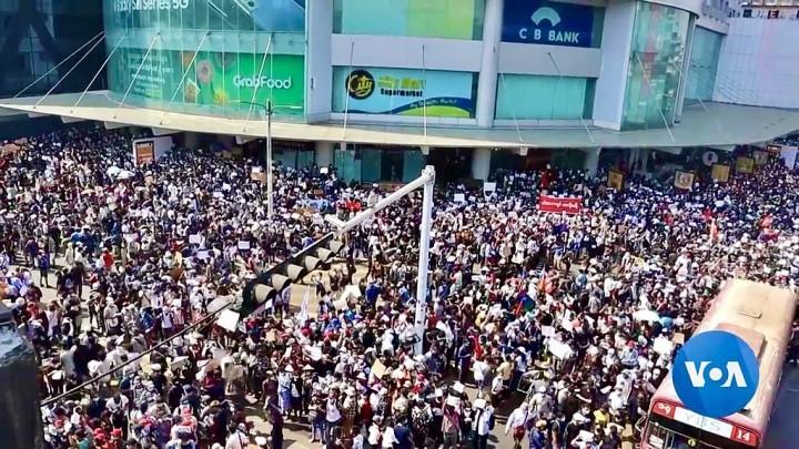 争取发动全面总罢工!积极准备工人武装自卫队!准备人民武装起义,推翻军政府!//图片来源:VOA Burmese