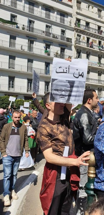 Young man protesting Who are you Image Presse Algerie