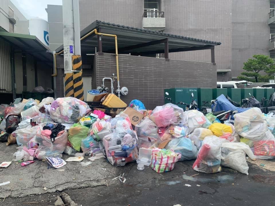 在苗栗县的京元工厂,感染COVID-19的工人的行李在未经他们许可下被扔到街头。工人在被强制转移到其他设施隔离时,公司依旧收取他们的宿舍租金。//图片来源:曾玟学官方脸页