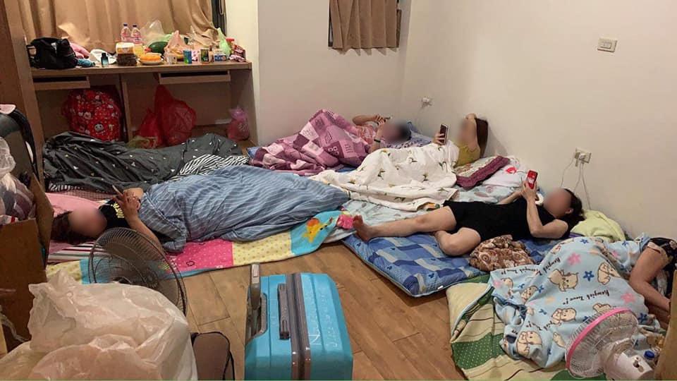被驱逐后,返回宿舍的工人发现他们先前的住处已经空无一物,甚至床也被扔掉。他们只能在垫子上睡觉,第二天还要继续工作。//图片来源:曾玟学官方脸页