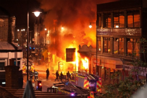 August 6 - Buildings burn on Tottenham High Road (Photo: Beacon Radio)