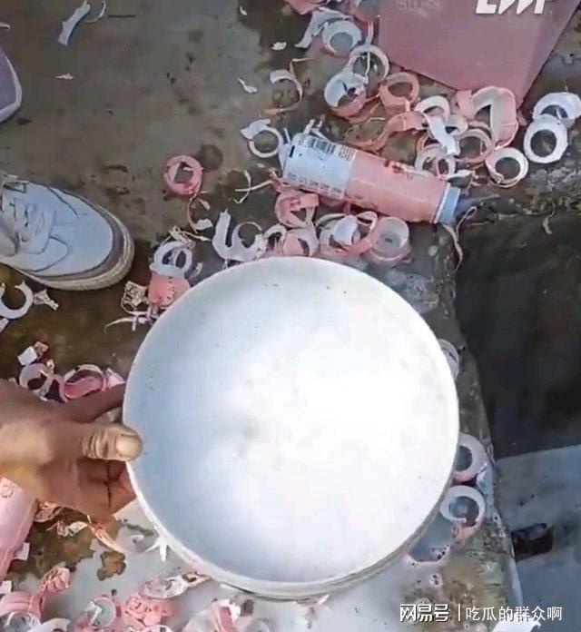 数万名粉丝汇集大量现金,购满了千万瓶牛奶以取其瓶盖,大量未使用的牛奶则被直接倒掉。//图片来源:网易