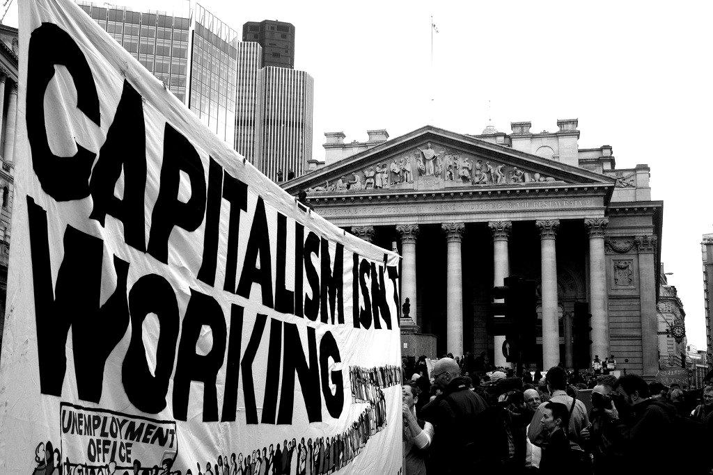 經過十年的危機和預算削減,工人和青年正確地質疑主流經濟論點。但是現代貨幣理論提供解決方案了嗎?馬克思主義者則認為危機在於資本主義本身。//圖片來源:英國《社會主義呼喚報》