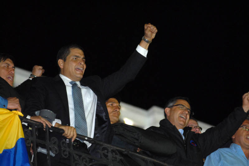 Rafael Correa speaking to the masses outside the presidential palace. Photo: Eduardo Santillán