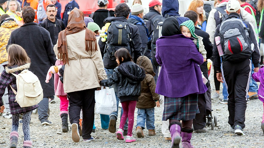 """默克尔时代尽管被视为德国的稳定时期,但实际上它也受到了一些危机的冲击。然而,默克尔以灵活的方式处理了这些危机——例如,在2015年的难民危机中,她从反对""""多元文化""""的仇外立场转向了将自己描绘成一个人道主义者。//图片来源:Raimond Spekking"""