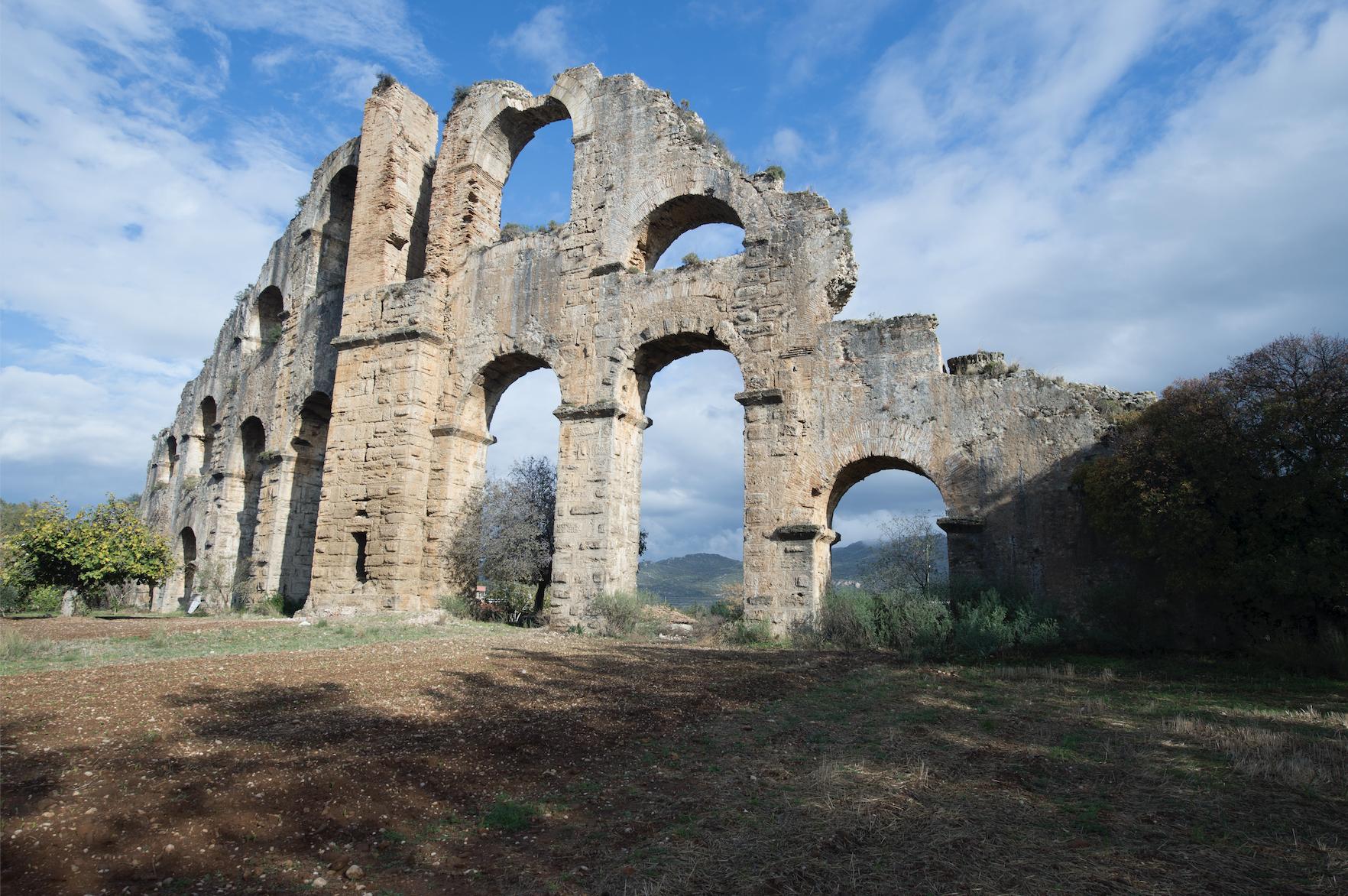 位於現代土耳其的阿斯彭多斯古城的羅馬水渠。像這樣的許多技術革新在羅馬文明崩潰後的整個歷史時期都消失了。//圖片來源:Dosseman