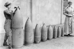 munitions-workers copyright-iwmq-30017